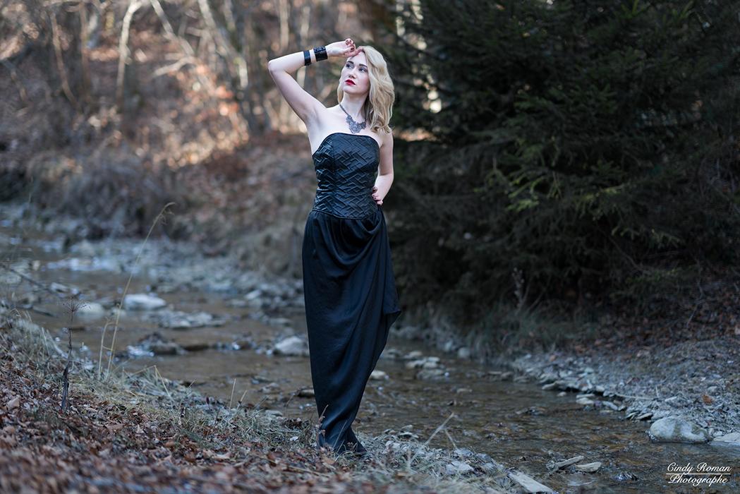 Bustier enduit relief - jupe soie noire modulable - Bracelet cuir noir